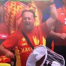Македонски фан го дупна тапанот додека навиваше на стадион, па на скинатиот тапан чукаше и низ улиците на Букурешт