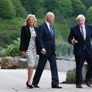 Џонсон го пречека Бајден на морскиот брег, ќе помуабетат насамо пред утрешниот самит на Г7