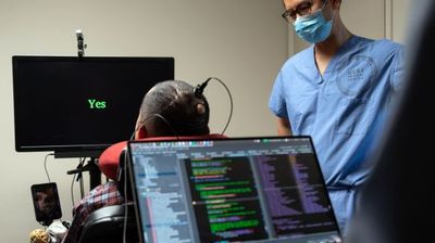 """Мозочен имплант му овозможи на парализиран човек да """"изговори"""" цели реченици"""