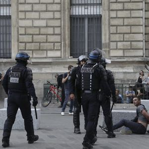 Француската полиција со солзавец ги растера демонстрантите против санитарните прописници