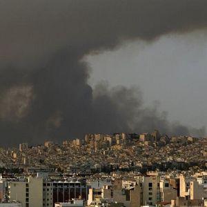Пожари во предградијата на Атина, илјадници луѓе ги напуштија домовите