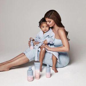 Кајли Џенер со ќерката Сторми промовира козметика за деца и бебиња