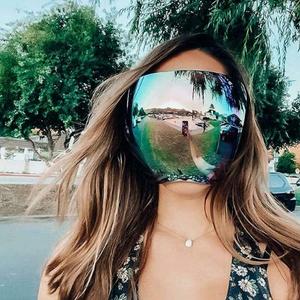 Очила за сонце кои го покриваат целото лице се нов моден тренд