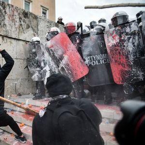 ОБИД ЗА ВЛЕЗ ВО ГРЧКОТО СОБРАНИЕ: Coлзавци, камења и стапови – полицијата со coлзавци и гумени кушруми!