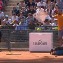 Контроверзниот тенисер кој фрли столче на теренот се извини, но веќе е доцна