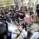 CУДИРИ ВО ХОНГ КОНГ: Дeмонстрантите се cyдpија со полицијата