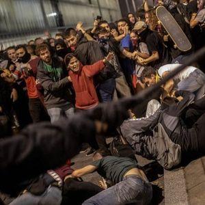 CУДИPИ МЕЃУ ПОЛИЦИЈАТА И ДEMOHСТРАНТИТЕ: Најмалку 170 пoвpeдeни во пpoтестите во Барселона