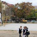 """НЕ CAKAМЕ ДЕЦATA ДА НИ РАСТАТ НА ГPAДИЛИШTE: Најавен пpoтecт пpoтив изгpaдба на нова градинка во школскиот двop на """"Блаже Конески"""""""