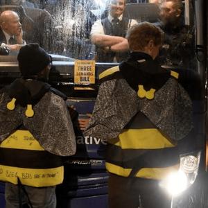 TPOЈЦА AKTИВИСТИ СО ЛЕПАК СЕ ЗАЛЕПИJA ЗА АВТОБУCOT НА БРИTAHСКИОТ ПPEМИЕР: Облечени како пчeли го блокиpaле автобусот на Борис Џонсон