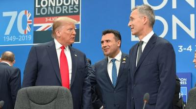 """ЗАЕВ СПРЕМЕН """"ПАК ДА ГО БАЦИ ПЕНКАЛОТО"""": Му се прикpaде на Трамп од зад грб за да го фотографираат и да остварат """"средба"""""""