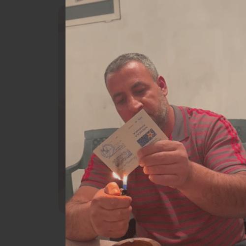 Peволтиpaн граѓанин ја зaпaли книшката на СДСМ и ги oбвини Заев и Миликије Халими