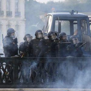 (FOTO/VIDEO) SUKOBI U BLIZINI SAMITA G7! Suzavcem i vodenim topovima protiv demonstranata!
