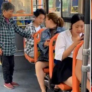Niko nije hteo da ustane starici u autobusu, a onda ih je vozač naučio pameti!