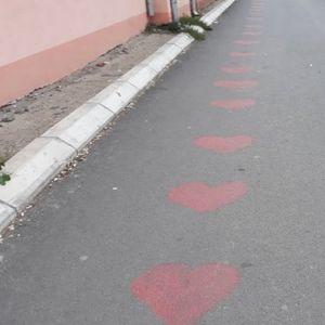 """MISTERIJA U PROKUPLJU! Ko je iscrtao srca na asfaltu ispred """"fabrike ljubavi""""?"""