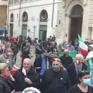 KORONA UBILA 33.000 LJUDI, ALI ITALIJANI TVRDE DA JE VIRUS PREVARA! Ljudi nemaju da jedu, UMREĆEMO - velike demonstracije u Rimu!