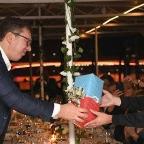 PREDSEDNIK TRAMP ZNA DA VOLITE... Lider SAD lično poslao poklon Vučiću! SRPSKI PREDSEDNIK ODUŠEVLJEN!