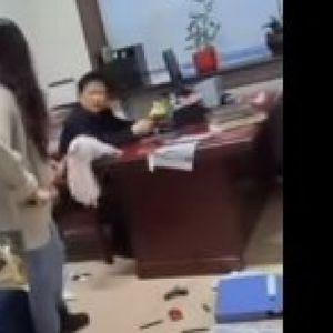UMLATILA ŠEFA METLOM! Kineskinja uletela u kancelariju, letele knjige, voda prolivena... Snimak obišao svet! /VIDEO/