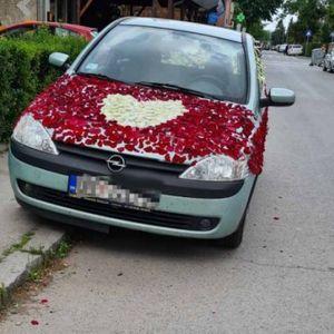 AU, MAJSTORE, ŠTA LI SI TI ZGREŠIO?! Prolaznici u čudu gledaju ovaj automobil u Batajnici! /FOTO/