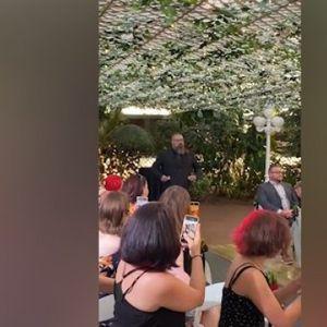 VENČANJE NA KOJEM SVI ŽELE DA BUDU GOSTI! Umesto devojčice koja baca cveće, pojavio se bradati muškarac, A ONDA JE NASTAO ŠOU! /VIDEO/