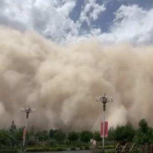NEVEROVATNI SNIMCI GRADA KOJI NESTAJE U PEŠČANOJ OLUJI! Daunhuang u Kini potpuno prekriven prašinom! /VIDEO/