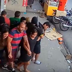 Заложничка драма како на филм- разбојници користат десетици луѓе како жив штит и пукаат (ВИДЕО)