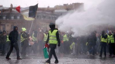Полицијата со водени топови ги растерува демонстрантите во Париз