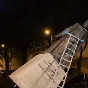 Активисти урнаа споменик на свештеник – педофил
