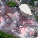 Фудбалско лудило во Амстердам – Илјадници ја слават титулата на Ајакс (ВИДЕО)
