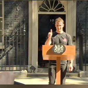 """Британците ја заборавија Меј и прашуваат за ,,момчето од подиумот"""""""