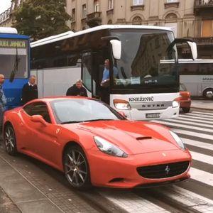 Ферари ги запре трамваите и автобусите во центарот на Загреб- останал без бензин