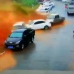Застрашувачко свлечиште уништи десетици автомобили во Кина