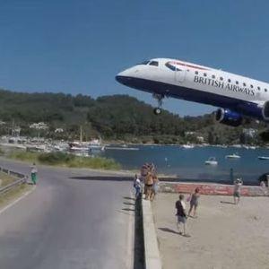 Авион слетува над главите на туристите