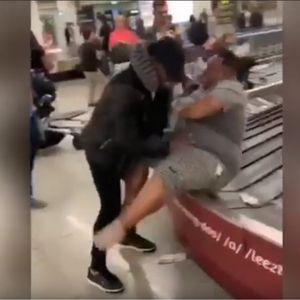 Го бутна својот другар на лентата за багаж од аеродромот