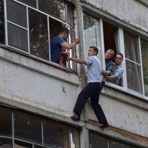 Пијан Русин се заканува дека ќе фрли бебе од третиот кат