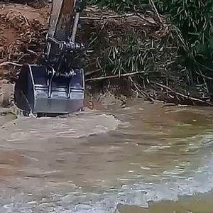 Копал со багер покрај река , па наишол на чудовиште