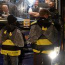 Активисти со лепак се залепија на автобусот на британскиот премиер (ВИДЕО)