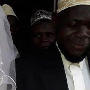 Муслимански свештеник е суспендиран , кога по две недели брак забележал дека невестата е машко