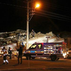 Расте бројот на загинати во силниот земјотрес во Турција , десетици повредени , урнати згради...