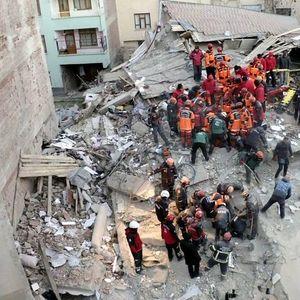 Турција не престанува да се тресе , петмина спасени од урнатините  (ВИДЕО)