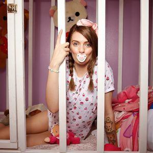 25- годишна девојка живее како бебе, спие во колевка и си менува пелени