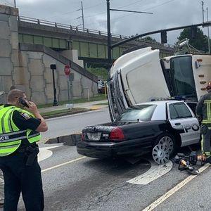 Возач на камион згмечил полициски автомобил , истрагата е во тек