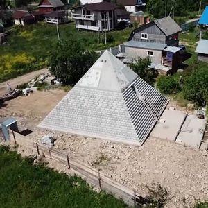 Руси направиле реплика на Кеопсовата пирамида во својот двор: Штити од корона