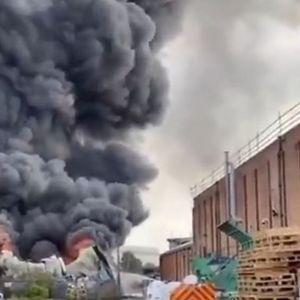 Гори британска фабрика за пластика, паника во Бирмингем