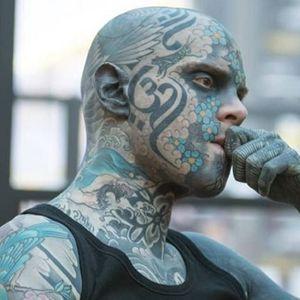 Наставник си го тетовирал целото тело,па се жали дека му се закануваат со отказ