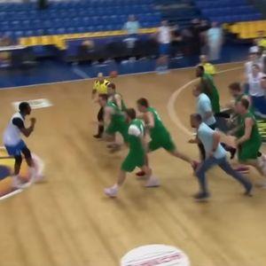 Цела екипа сака да тепа еден противнички кошаркар!!