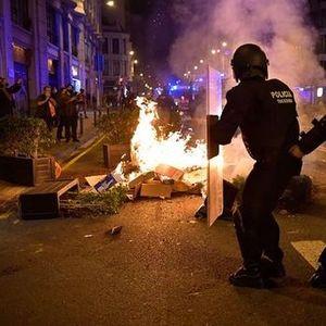 Жестоки судири на протестите низ Шпанија против новите карантински мерки (ВИДЕО)
