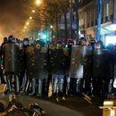 Тројца француски полицајци претепале црн човек, ги снимила камера (Вознемирувачко видео)