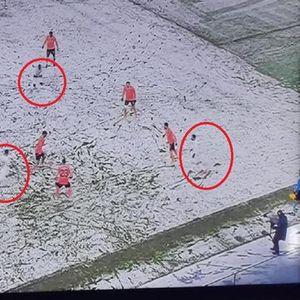 Бизарен натпревар во Турција- снегот ги маскира  фудбалерите во бел дрес (ВИДЕО)