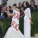 Политичарка на ексклузивната Мет-гала се појави во фустан со парола: Оданочете ги богатите!