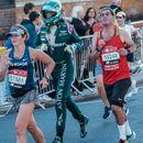 Член на тим на Формула 1 истрча маратон под целосна опрема